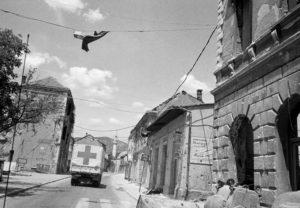 Mostar, rive gauche. Un convoi du CICR entre dans la ville.